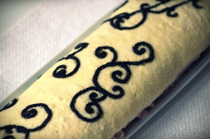 rolada malinowa dekorowana ciastem cygaretkowym 3